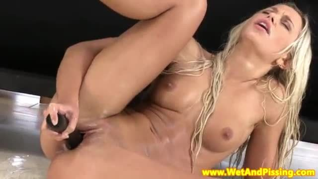 Wetandpissy dido angel plays with her piss